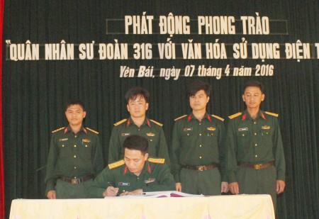 Chính ủy Trung đoàn chứng kiến đại diện chỉ huy các đơn vị cam kết thực hiện phong trào.