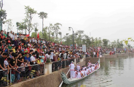 Hàng vạn người dân cổ vũ hội thi.