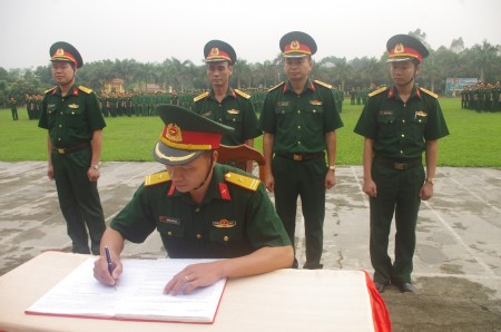 Chỉ huy Lữ đoàn 168 chứng kiến đại diện các đơn vị ký kết giao ước thi đua.