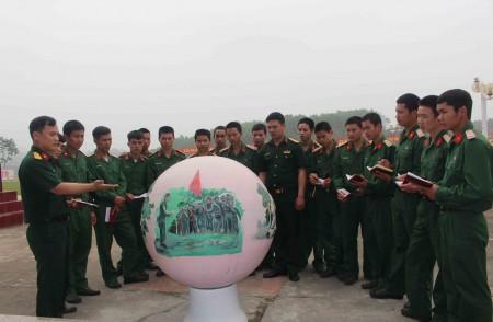 Cán bộ, đoàn viên thanh niên Liên chi đoàn 2, Đoàn cơ sở Lữ đoàn 406 trong giờ giáo dục truyền thống tại đơn vị.