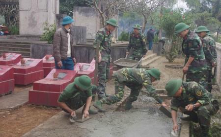 Tuổi trẻ Lữ đoàn 168 tu sửa nghĩa trang liệt sĩ xã Yên Nội.