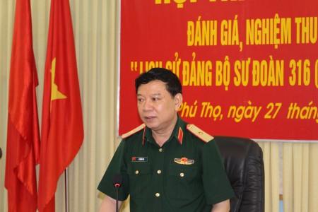 Thiếu tướng Lê Hiền Vân, Chính ủy QK chủ trì hội thảo.