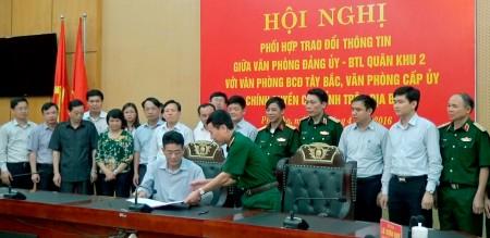 Thiếu tướng Lê Xuân Duy chứng kiến đại biểu các văn phòng ký kết quy chế phối hợp trao đổi thông tin.