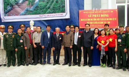 Bí thư Tỉnh ủy Triệu Tài Vinh và Chủ tịch UBND tỉnh Nguyễn Văn Sơn chụp ảnh lưu niệm cùng các đại biểu tại Lễ phát động.
