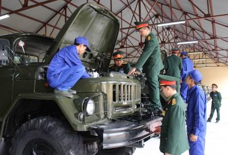 Ban Giám khảo Hội thi nhà để xe-máy tốt chấm thi tại Lữ đoàn 543.