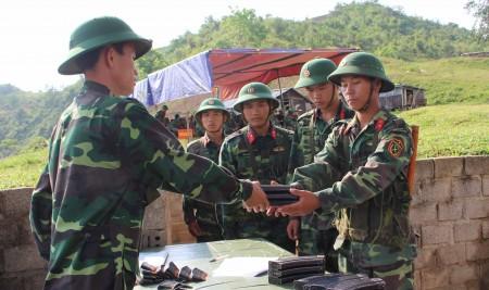 Chiến sĩ nhận đạn, chuẩn bị vào tuyến bắn.