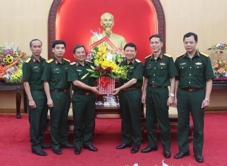 Học viện Kỹ thuật Quân sự tặng hoa chúc mừng Thiếu tướng Lê Hiền Vân, Chính ủy Quân khu 2 được bổ nhiệm giữ chức vụ Phó Chủ nhiệm Tổng cục Chính trị.