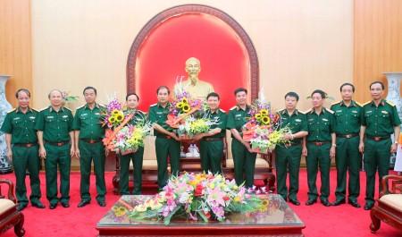 Thủ trưởng Bộ Tư lệnh Quân khu và 4 cơ quan Quân khu tặng hoa chúc mừng.