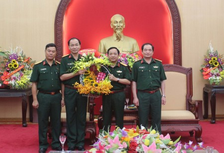 Bộ CHQS tỉnh Vĩnh Phúc tặng hoa chúc mừng Đại tá Trịnh Văn Quyết, Bí thư Đảng ủy, Chính ủy Quân khu.