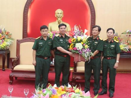 Trường Quân sự Quân khu tặng hoa chúc mừng Thiếu tướng Phạm Đức Duyên, Phó Chính ủy Quân khu.