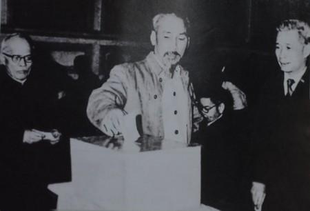 Bác Hồ bỏ lá phiếu đầu tiên bầu cử Quốc hội khóa I .Ảnh tư liệu.