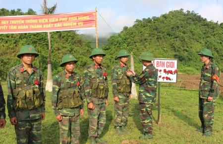 Trung đoàn trưởng, Thượng tá Ngô Xuân Biên tặng hoa cho chiến sĩ bắn giỏi.