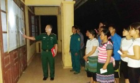 Cán bộ Đoàn KT-QP 345 giới thiệu danh sách đại biểu ứng cử và cử tri tại điểm bỏ phiếu ở thôn Bản Pho, xã A Mú Sung, huyện Bát Xát, tỉnh Lào Cai (Ảnh: Văn Đối)
