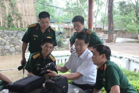 Giảng viên báo Sơn La hướng dẫn các học viên thực hành chụp ảnh báo chí tại thực địa.