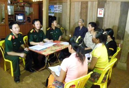 Cán bộ Đội công tác LLVT tuyên truyền bầu cử cho hộ gia đình ở xã Chiềng Khương, huyện Sông Ma, tỉnh Sơn La. (Ảnh: VŨ HỒNG)