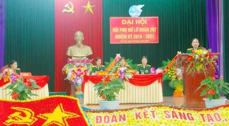 Thượng tá Nguyễn Thúy Vân, Trưởng Ban Phụ nữ Quân khu phát biểu tại Đại hội.