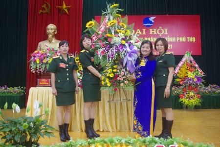 Hội Liên hiệp Phụ nữ tỉnh Phú Thọ tặng hoa chúc mừng đại hội.
