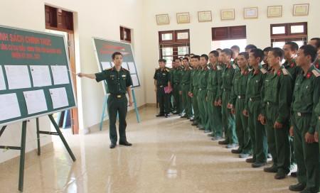 Hướng dẫn cử tri là chiến sĩ Tiểu đoàn 3, Lữ đoàn 297 nghiên cứu danh sách ứng cử đại biểu Quốc hội khóa XIV và đại biểu HĐND các cấp.