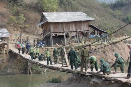Bộ đội Đoàn 326 giúp nhân dân làm cầu treo qua suối.