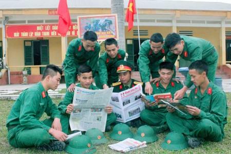 Chiến sĩ mới Tiểu đoàn 1, Lữ đoàn 168 trong giờ nghỉ giải lao.