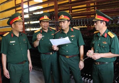 Đồng chí TMT QK kiểm tra sổ sách tại Phân kho K20.