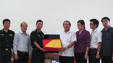 Cán bộ, chỉ huy Đồn Biên phòng Lũng Cú trao tặng Bộ trưởng Trương Minh Tuấn lá cờ Tổ quốc được treo trên đỉnh núi Rồng, có số hiệu 206.