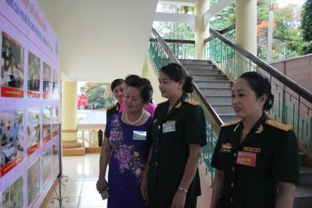 Các đại biểu tham quan trưng bày một số hình ảnh hoạt động của Phụ nữ Bộ CHQS tỉnh trong nhiệm kỳ 2011-2016.