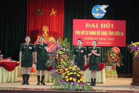 Trung tá Nguyễn Lan Anh, Ban Phụ nữ Quân khu tặng hoa chúc mừng Đại hội.