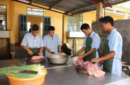 Bảo đảm công tác hậu cần mùa nắng nóng tại bếp ăn Trung đoàn 98, Sư đoàn 316.