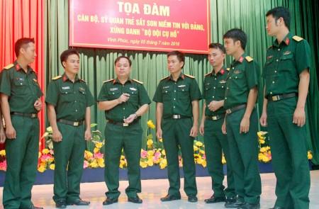 Đại tá Đặng Tiến Dũng, Chủ nhiệm Chính trị Trường Quân sự Quân khu trao đổi với cán bộ, sỹ quan trẻ tại tọa đàm.