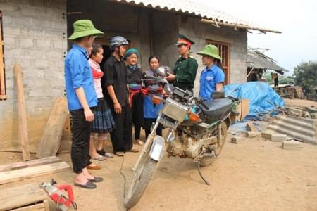 Bộ đội và trí thức trẻ tình nguyện Đoàn Kinh tế-Quốc phòng 345 tuyên truyền Luật An toàn giao thông cho người dân trên địa bàn.Ảnh:PHẠM HỒ TRÚC