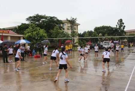 Trời mưa các cầu thủ vẫn thi đấu hết mình.