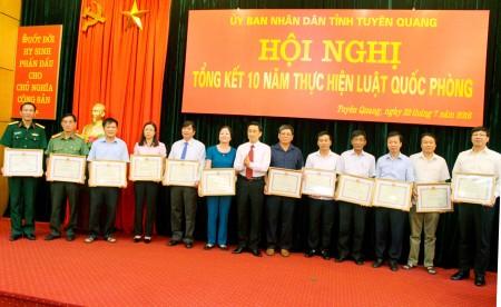 UBND tỉnh khen thưởng các tập thể, cá nhân có thành tích xuất sắc trong thực hiện Luật Quốc phòng.