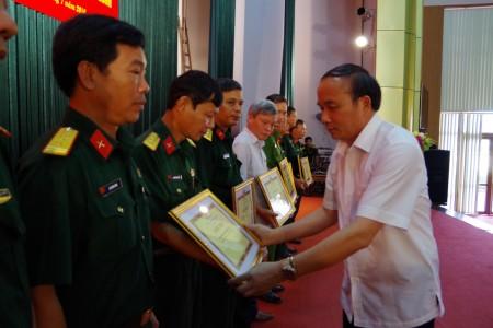 Đ/c Chủ tịch UBND tỉnh tặng bằng khen cho các tập thể xuất sắc.