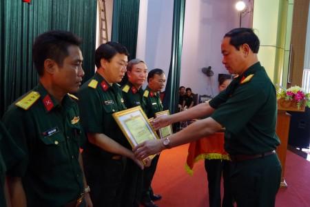 Đ/c Đại tá Nguyễn Hữu Thục, Chỉ huy trưởng Bộ CHQS tỉnh trao Bằng khen cho các cá nhân xuất sắc.