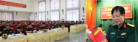 Đại tá Dương Trung Dũng, Hiệu trưởng, Giám đốc trung tâm GDQP-AN Trường Quân sự Quân khu công bố quyết định.