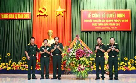 Đồng chí Phó Tư lệnh, TMT Quân khu tặng hoa chúc mừng Nhà trường.