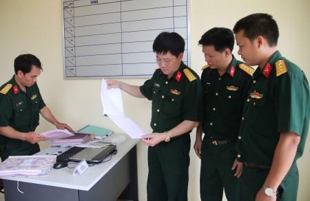 Kiểm tra sổ sách theo dõi kết quả hoạt động phối hợp PBGDPL tại Ban CHQS thành phố Hà Giang.