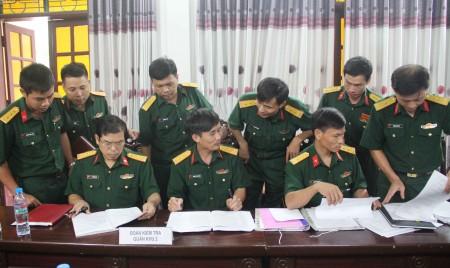 Phó Chủ nhiệm Chính trị Quân khu kiểm tra kế hoạch phối hợp PBGDPL tại Trung đoàn 887.