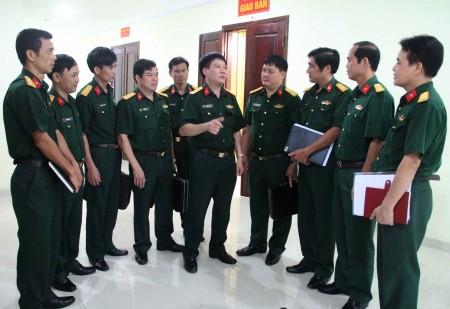 Phó Chủ nhiệm Chính trị Quân khu trao đổi với cán bộ Bộ CHQS tỉnh Hà Giang về công tác phối hợp, phổ biến,GDPL trên địa bàn.