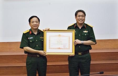 Thừa ủy quyền của Thủ tướng Chính phủ, đồng chí Chính ủy Quân khu trao Bằng khen của Thủ tướng Chính phủ cho Viện Kiểm sát Quân sự Quân khu.