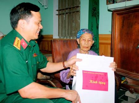 Lãnh đạo Bộ CHQS tỉnh thăm hỏi, tặng quà Mẹ Việt Nam Anh hùng Đinh Thị Lũy, xã Phúc Ứng, huyện Sơn Dương.