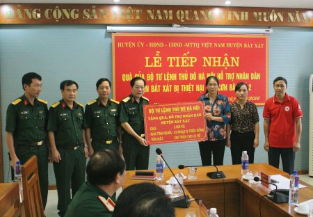 Chính ủy Bộ Tư lệnh Thủ đô Hà Nội tặng quà, hỗ trợ nhân dân huyện Bát Xát(Lào Cai) bị thiệt hại do hoàn lưu cơn bão số 2.