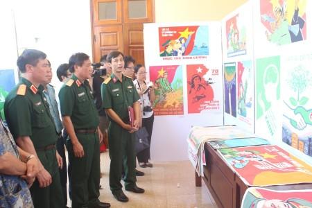 Các đại biểu tham quan khu trưng bày tác phẩm mỹ thuật.