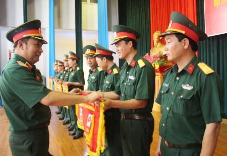 Thiếu tướng Phùng Sĩ Tấn, Phụ trách Tư lệnh Quân khu 2 tặng cờ các tập thể đạt thành tích xuất sắc trong tham gia hội thao.
