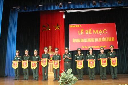 Đại tá Trần Minh Phong, Phó TMT Quân khu 2 trao Bằng khen tặng các vận động viên đạt thành tích xuất sắc.