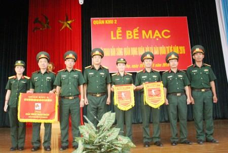 Lãnh đạo Cục Kỹ thuật Quân khu chúc mừng đội tuyển cơ quan giành được giải cao trong tham gia hội thao.