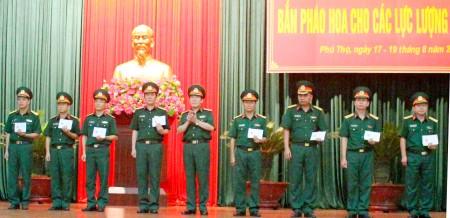 Thiếu tướng Bùi Văn Hinh, Phó Cục trưởng Cục Quân huấn trao giấy khen cho các cá nhân có thành tích xuất sắc.