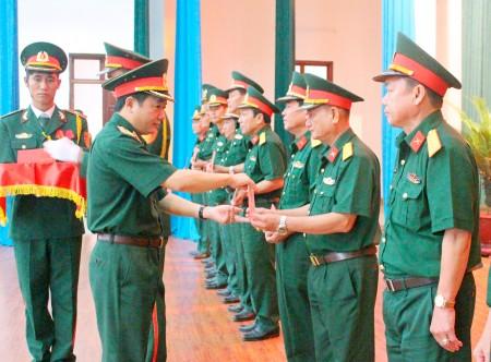 Thiếu tướng Trịnh Văn Quyết, Chính ủy Quân khu trao Giấy chứng nhận tập huấn pháo hoa toàn quân cho các học viên.