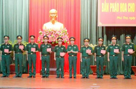 Thiếu tướng Nguyễn Viết Xuân, Phó Chính ủy Tổng cục Công nghiệp quốc phòng trao Giấy chứng nhận tập huấn pháo hoa toàn quân cho các học viên.